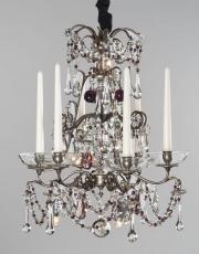 Antiker silberner Kronleuchter mit lila Tropfen