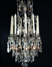 Grote zilveren kroonluchter met kristallen pegels